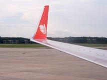 Ταϊλανδικό φτερό αέρα λιονταριών του Boeing 737-900ER στο διεθνή αερολιμένα Krabi στοκ φωτογραφία