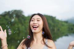 Ταϊλανδικό χαμόγελο κοριτσιών και ευχαριστημένος από τις αεροφυσαλίδες στοκ φωτογραφίες με δικαίωμα ελεύθερης χρήσης