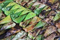 Ταϊλανδικό ψημένο στη σχάρα κολλώδες ρύζι σε ένα ψημένο, ταϊλανδικό επιδόρπιο στοκ εικόνα