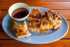 Ταϊλανδικό ψημένο στη σχάρα τρόφιμα κοτόπουλο με τη σάλτσα Στοκ Εικόνα