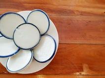 Ταϊλανδικό ύφος επιδορπίων, κρέμα γάλακτος καρύδων στο άσπρο πιάτο στοκ εικόνα με δικαίωμα ελεύθερης χρήσης