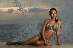 Ταϊλανδικό Bikini μοντέλο στην ανατολή Στοκ φωτογραφία με δικαίωμα ελεύθερης χρήσης