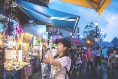 ΤΑΪΠΈΙ, ΤΑΪΒΑΝ - 9.2017 ΟΚΤΩΒΡΙΟΥ: Ταξιδιωτική ασιατική γυναίκα που παίρνει μια φωτογραφία με τη ψηφιακή κάμερα υπαίθρια στην παλ Στοκ Εικόνες