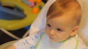 Ταϊσμένα δημητριακά μωρών από ένα κουτάλι απόθεμα βίντεο