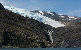 Ταϊσμένος παγετώνας καταρράκτης με τον παγετώνα ανωτέρω Στοκ Εικόνες