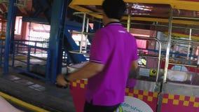 Ταϊλάνδη, Μπανγκόκ, στις 24 Νοεμβρίου 2015 Άνθρωποι που πηγαίνουν οδηγώντας μια διασταύρωση κυκλικής κυκλοφορίας στο λούνα παρκ 1 απόθεμα βίντεο