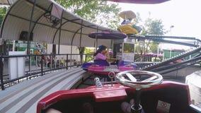 Ταϊλάνδη, Μπανγκόκ, στις 24 Νοεμβρίου 2015 Εύθυμοι άνθρωποι που οδηγούν στη διασταύρωση κυκλικής κυκλοφορίας 1920x1080 απόθεμα βίντεο