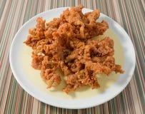 Ταϊλανδικά δέρματα κοτόπουλου οδών τσιγαρισμένα τρόφιμα σε ένα πιάτο Στοκ Εικόνες