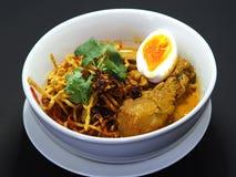 Ταϊλανδικά βόρεια τρόφιμα, τριζάτο νουντλς με το κοτόπουλο και βρασμένο αυγό Στοκ Εικόνες