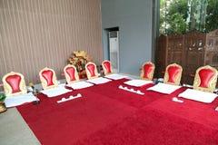 Ταϊλανδικά κόκκινα καθίσματα μοναχών Στοκ εικόνες με δικαίωμα ελεύθερης χρήσης