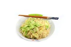 Ταϊλανδικά νουντλς και Chopsticks στο πιάτο. Στοκ φωτογραφία με δικαίωμα ελεύθερης χρήσης