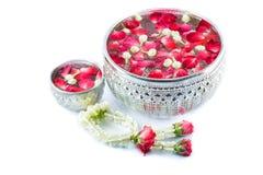 Ταϊλανδικά λουλούδια και νερό γιρλαντών με jasmine και το corolla τριαντάφυλλων μέσα στοκ φωτογραφία με δικαίωμα ελεύθερης χρήσης