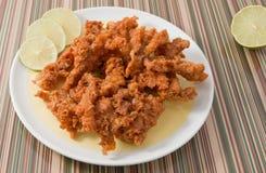 Ταϊλανδικά παραδοσιακά τηγανισμένα δέρματα κοτόπουλου στο πιάτο Στοκ Εικόνα