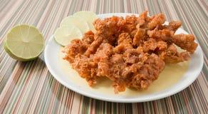 Ταϊλανδικά παραδοσιακά τηγανισμένα τρόφιμα δέρματα κοτόπουλου στο πιάτο Στοκ Εικόνες