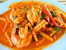 Ταϊλανδικά πικάντικα τρόφιμα: οι γαρίδες που τηγανίζονται ανακατώνουν με την καρύδα Στοκ Φωτογραφία