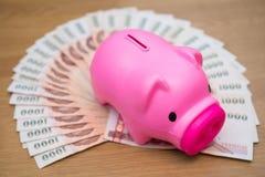 Ταϊλανδικά τραπεζογραμμάτια χρημάτων με τη piggy τράπεζα Piggy Στοκ εικόνες με δικαίωμα ελεύθερης χρήσης