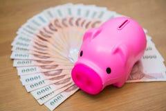 Ταϊλανδικά τραπεζογραμμάτια χρημάτων με τη piggy τράπεζα Piggy Στοκ εικόνα με δικαίωμα ελεύθερης χρήσης