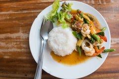 Ταϊλανδικά τρόφιμα: ανακατώνω-τηγανισμένα θαλασσινά με το τσίλι και χορτάρια με το ρύζι Στοκ Εικόνες