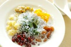 Ταϊλανδικά τρόφιμα επιδορπίων της Ταϊλάνδης μικτά, γάλα καρύδων και ζελατίνα Bubur Cha Cha, bobochacha, momochacha Στοκ φωτογραφία με δικαίωμα ελεύθερης χρήσης