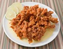 Ταϊλανδικά τρόφιμα οδών, τηγανισμένα δέρματα κοτόπουλου σε ένα πιάτο Στοκ Φωτογραφίες