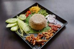 Ταϊλανδικά τρόφιμα - ρύζι που αναμιγνύεται με το Κα pi Kao Cluk κολλών γαρίδων Στοκ Φωτογραφία