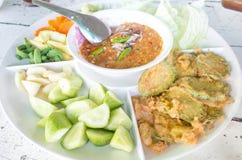 Ταϊλανδικά τρόφιμα, σάλτσα αυγοτάραχων του πικάντικου καβουριού που εξυπηρετείται με το μικτό λαχανικό Στοκ εικόνα με δικαίωμα ελεύθερης χρήσης