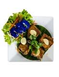 Ταϊλανδικά τρόφιμα, τηγανισμένα ψάρια και λαχανικά Στοκ Εικόνα