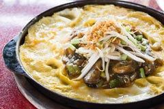 Ταϊλανδικά τρόφιμα, τηγανισμένη τηγανίτα μυδιών στο καυτό τηγάνι Στοκ Φωτογραφία