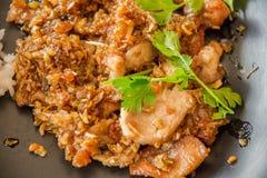 Ταϊλανδικά τρόφιμα ύφους, χοιρινό κρέας που τηγανίζεται με το τραγανό σκόρδο, μαλακή εστίαση ρ Στοκ Φωτογραφία