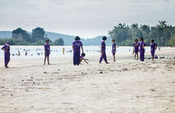Ταϊλανδικά schoolkids που παίζουν στην παραλία Στοκ φωτογραφίες με δικαίωμα ελεύθερης χρήσης