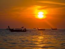 Ταϊλανδικές βάρκες στο ηλιοβασίλεμα Στοκ φωτογραφίες με δικαίωμα ελεύθερης χρήσης