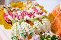 Ταϊλανδικές γιρλάντες λουλουδιών σε έναν δίσκο με το βάθρο Στοκ Εικόνα