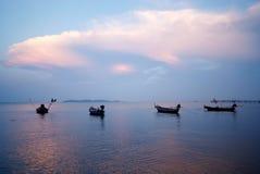 Ταϊλανδικές μακριές βάρκες ουρών που επιπλέουν στη θάλασσα Στοκ φωτογραφία με δικαίωμα ελεύθερης χρήσης