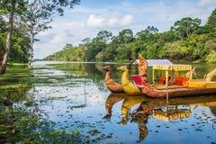 Ταϊλανδικές παραδοσιακές βάρκες στη λίμνη πλησίον, ναός Bayon σε Angkor Στοκ εικόνες με δικαίωμα ελεύθερης χρήσης