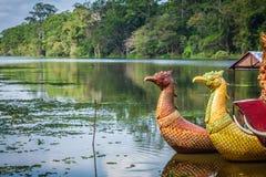Ταϊλανδικές παραδοσιακές βάρκες στη λίμνη πλησίον, ναός Bayon σε Angkor Στοκ φωτογραφίες με δικαίωμα ελεύθερης χρήσης