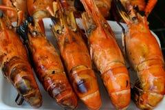 Ταϊλανδικές τοπικές ψημένες στη σχάρα τρόφιμα γαρίδες σε έναν αφρό Στοκ Εικόνες