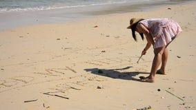Ταϊλανδική λέξη γραψίματος γυναικών στην παραλία απόθεμα βίντεο