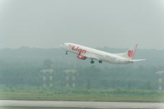 Ταϊλανδική απογείωση αερογραμμών αέρα λιονταριών στην ελαφριά ομίχλη στον αερολιμένα krabi Στοκ εικόνες με δικαίωμα ελεύθερης χρήσης