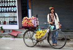 Ταϊλανδική γυναίκα με το κατάστημα φρούτων ποδηλάτων στο Νεπάλ Στοκ εικόνα με δικαίωμα ελεύθερης χρήσης