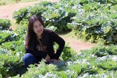 Ταϊλανδική γυναίκα πορτρέτου με το αγρόκτημα λάχανων Στοκ Φωτογραφίες
