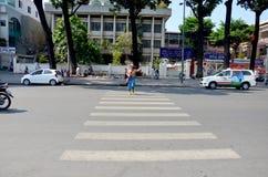 Ταϊλανδική γυναίκα που διασχίζει το δρόμο Στοκ φωτογραφία με δικαίωμα ελεύθερης χρήσης
