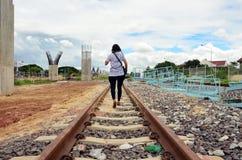 Ταϊλανδική γυναίκα που περπατά στο τραίνο σιδηροδρόμων στη Μπανγκόκ Ταϊλάνδη Στοκ Φωτογραφίες