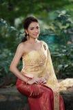 Ταϊλανδική γυναίκα που φορά το χαρακτηριστικό ταϊλανδικό φόρεμα Στοκ Εικόνες