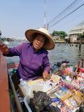 Ταϊλανδική γυναίκα στη βάρκα στοκ εικόνα