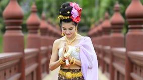 Ταϊλανδική γυναίκα στο παραδοσιακό κοστούμι της Ταϊλάνδης απόθεμα βίντεο