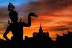 Ταϊλανδική γυναίκα χορού με τη σκιαγραφία υποβάθρου Στοκ φωτογραφίες με δικαίωμα ελεύθερης χρήσης