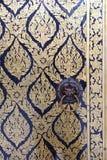 Ταϊλανδική ζωγραφική σε μια πόρτα σε Wat Arun Rajwararam Στοκ εικόνες με δικαίωμα ελεύθερης χρήσης