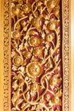 Ταϊλανδική διακόσμηση πορτών ναών με το χρυσό λουλούδι Στοκ φωτογραφία με δικαίωμα ελεύθερης χρήσης