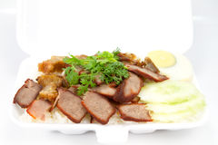Ταϊλανδική κουζίνα, κόκκινο χοιρινό κρέας και τριζάτο χοιρινό κρέας πέρα από το ρύζι Στοκ Εικόνες