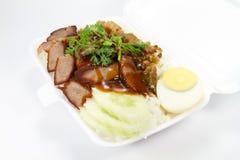 Ταϊλανδική κουζίνα, κόκκινο χοιρινό κρέας και τριζάτο χοιρινό κρέας πέρα από το ρύζι Στοκ Φωτογραφίες